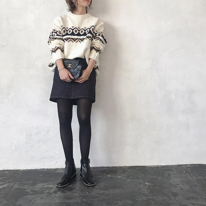 ミニ丈デニムスカート×ざっくりニットのコーデ画像