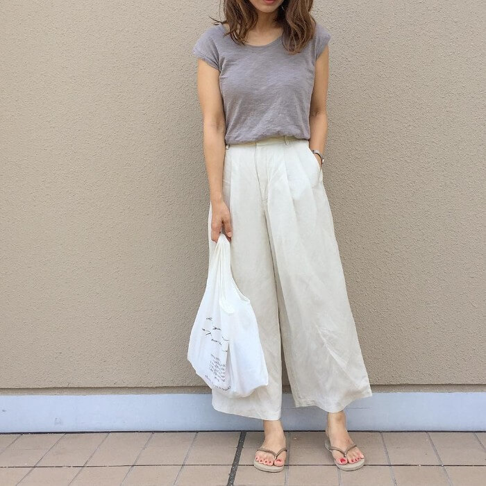 グレーTシャツ×白ワイドパンツ×ビーサンのコーデ画像