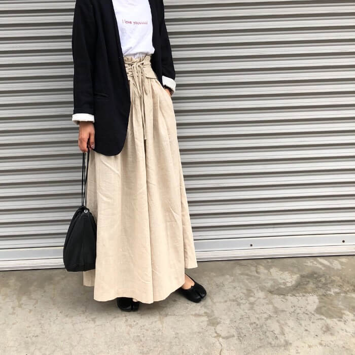 黒ジャケット×ベージュフレアスカートのコーデ画像