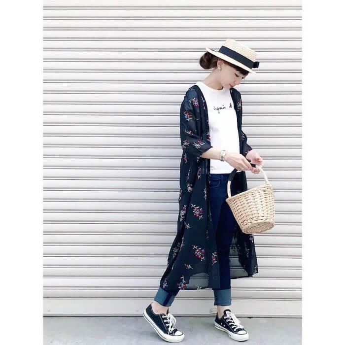 黒花柄ガウン×白ロゴTシャツのコーデ画像