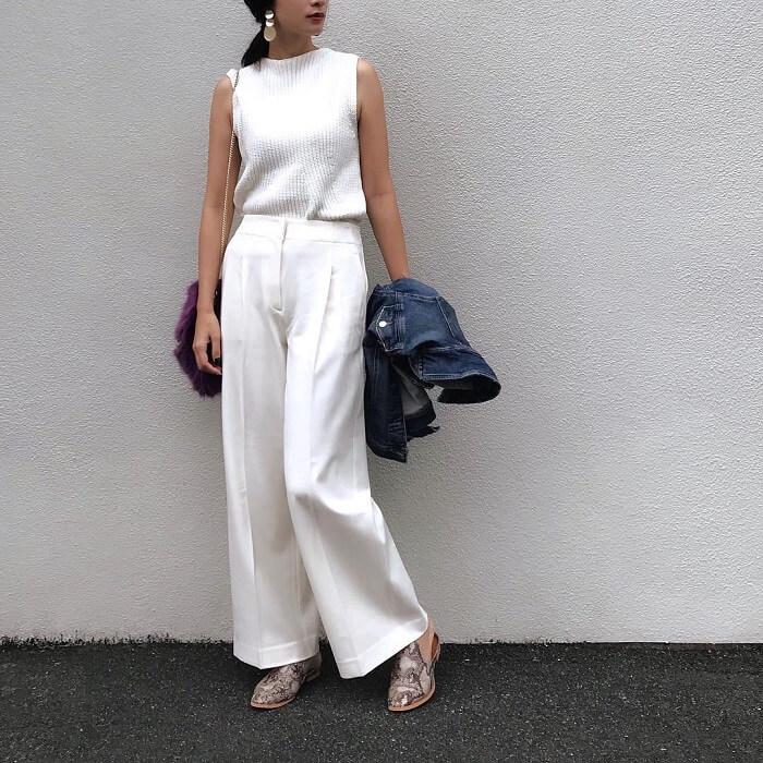 「白ワイドパンツ×フラットシューズ」の春夏コーデ写真