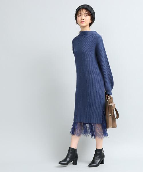 青ニットワンピース×青レースフレアスカートのコーデ画像