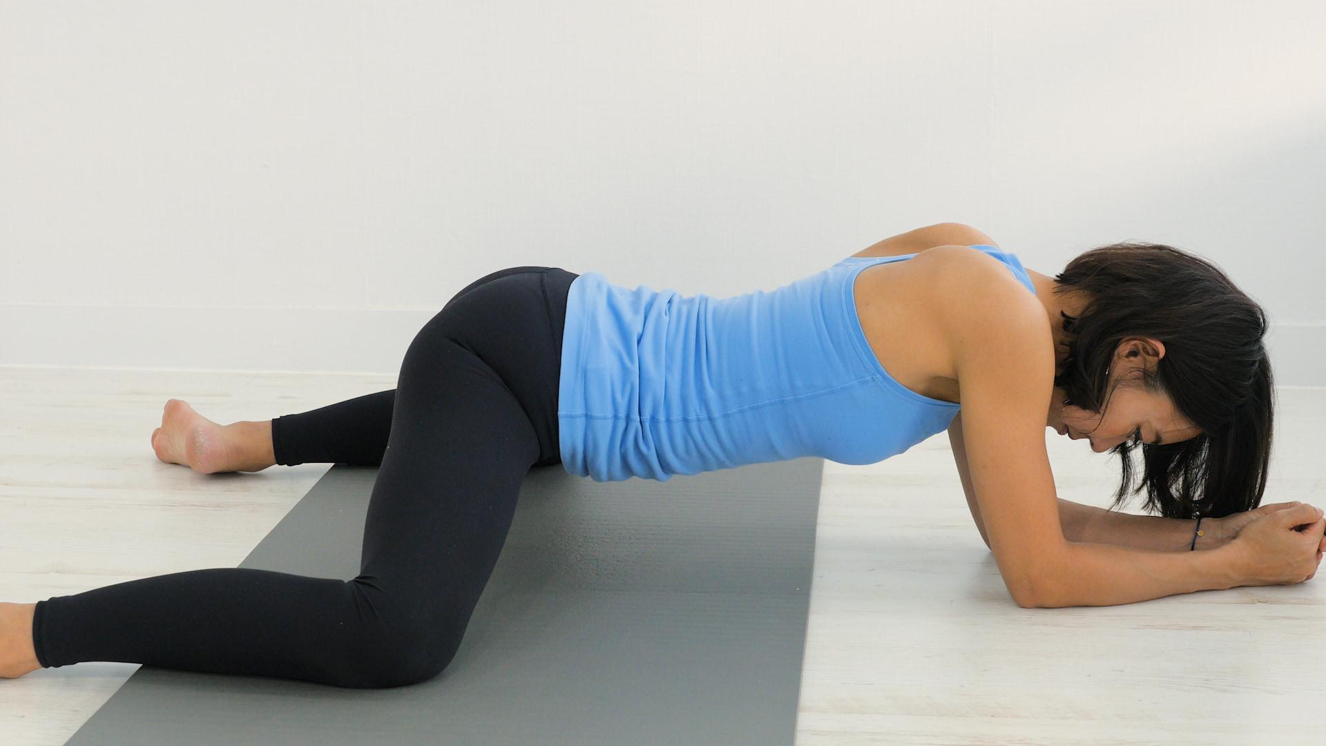 足をお尻の横に出し、体を股関節にのせて股関節を伸ばす(村田友美子さん)