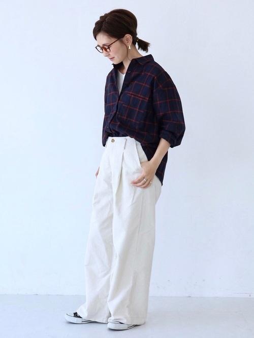 ビッグシルエットチェックシャツ×白ワイドパンツのコーデ画像