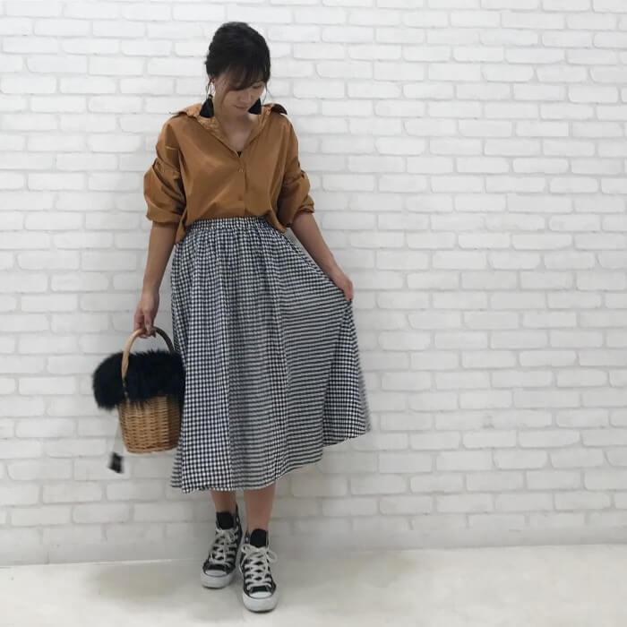 茶色シャツ×ギンガムチェックフレアスカートのコーデ画像