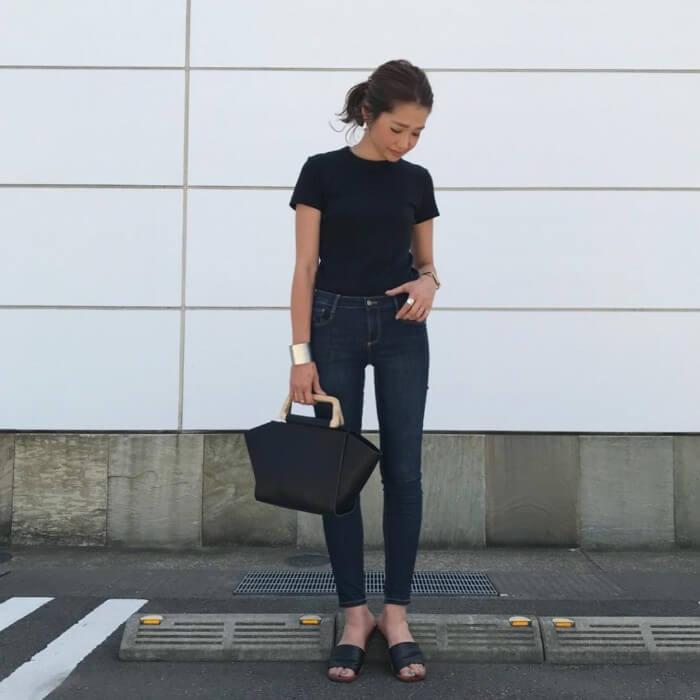 スキニーパンツ×Tシャツインのコーデ画像