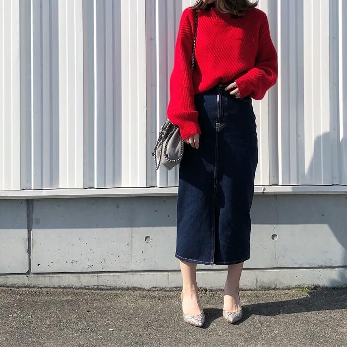 ミモレ丈デニムスカート×赤ニットのコーデ画像
