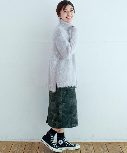 グレーシャギーニット×カモフラタイトスカートの大人コーデ画像