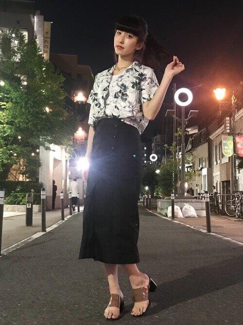 Vネックのアロハシャツと黒のタイトスカートのコーデ画像