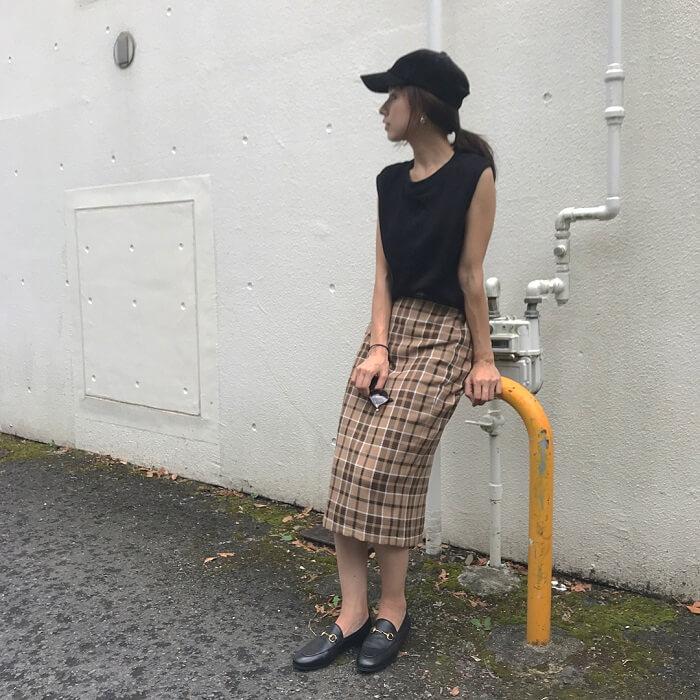 黒トップス×タータンチェックタイトスカートのコーデ画像