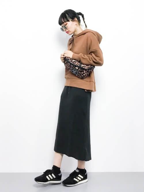 茶色パーカー×黒ロングタイトスカートのコーデ画像