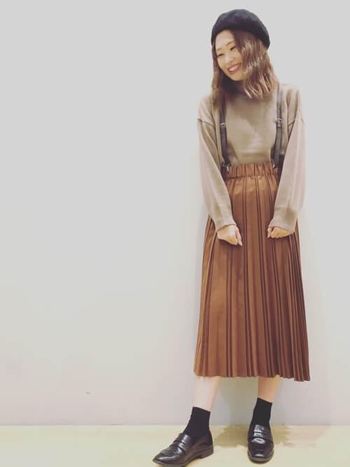 ブラウンサスペンダー×ブラウンプリーツスカートのコーデ画像
