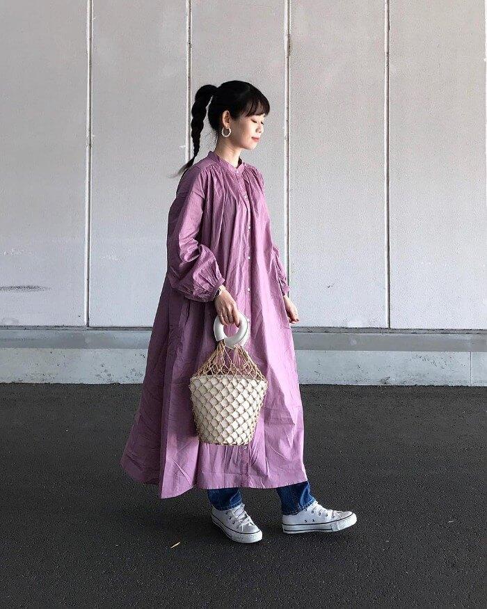 くすみピンクのマキシ丈ワンピースのコーデ画像