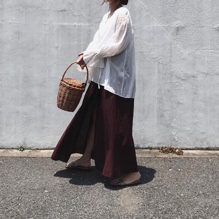 白ブラウス×茶色フレアスカートのコーデ画像