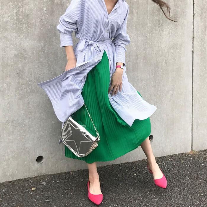 ベルト付きストライプシャツワンピース×緑スカート×ピンクパンプスのコーデ画像