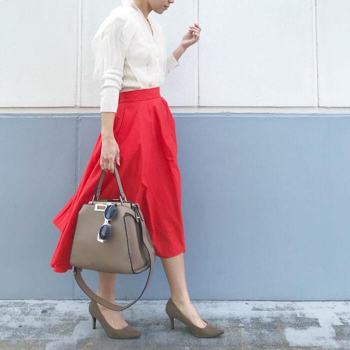 白ニット×赤スカートのコーデ画像