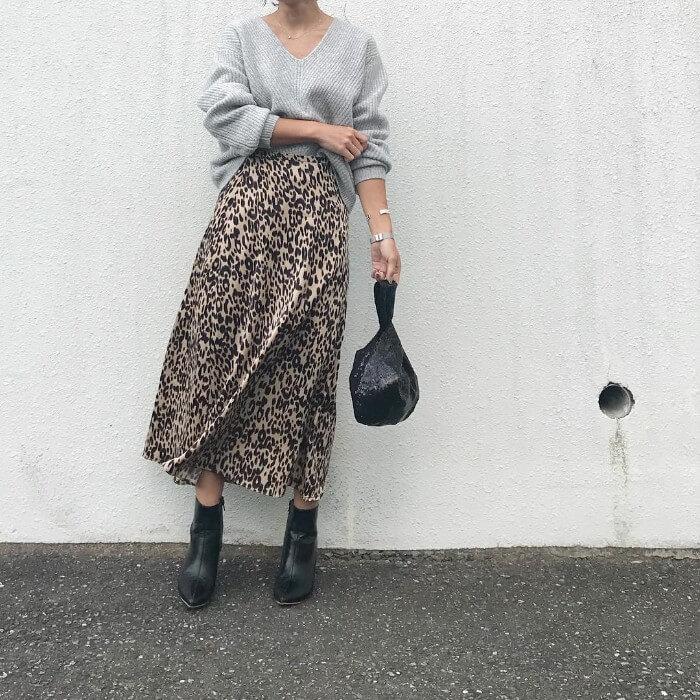 レオパード柄フレアスカートをエレガントにしたコーデ画像