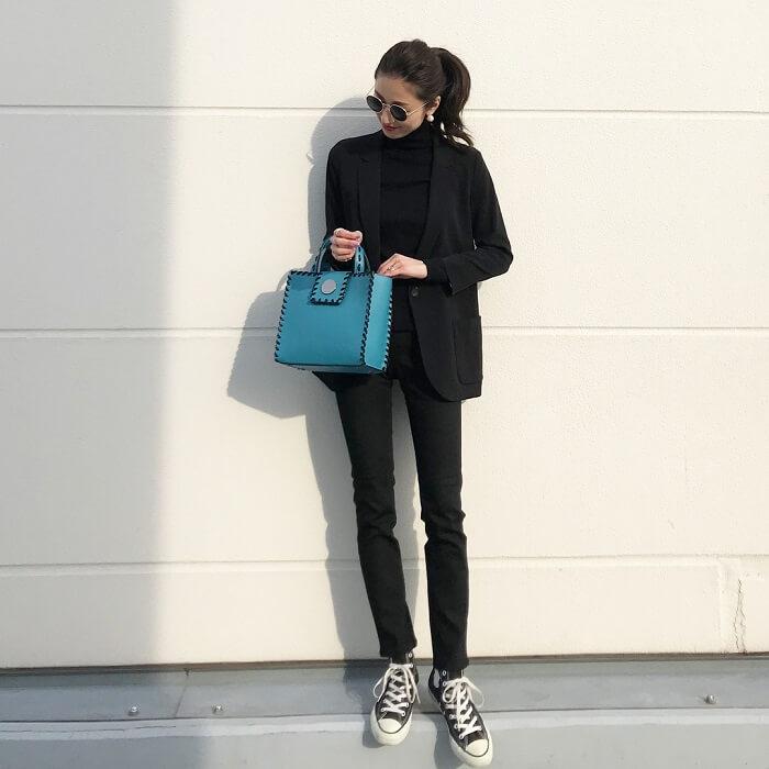 黒テーラードジャケット×ブルーバッグのコーデ画像