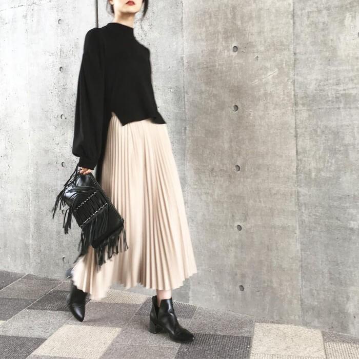 クラッチバック×ベージュロングスカートのコーデ画像