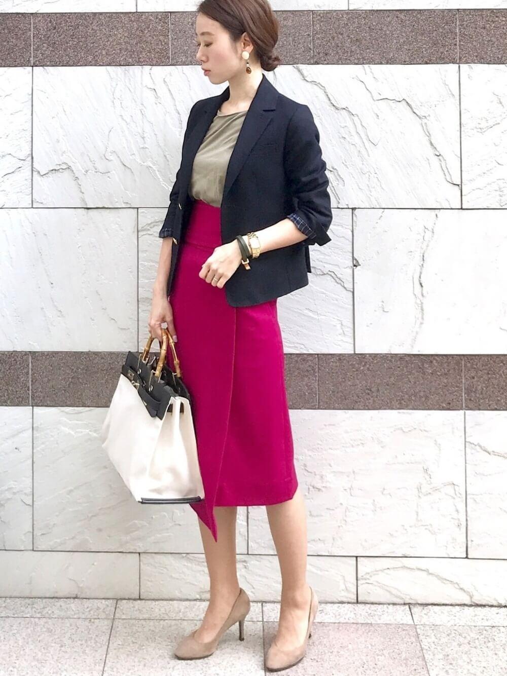 ピンクタイトスカートとネイビージャケットのコーデ画像