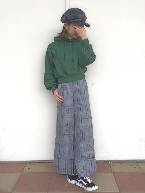 緑パーカー×チェックワイドパンツのコーデ画像