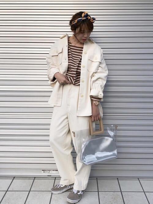 白デニムジャケット×ボーダーTシャツ×白パンツの画像
