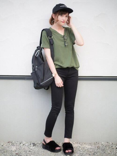 黒スキニー×カーキTシャツのコーデ画像