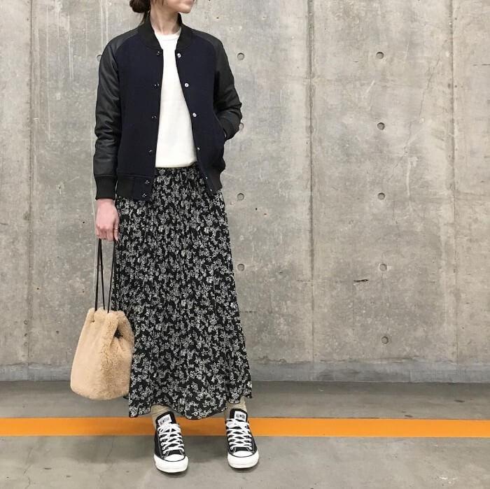 花柄ロングスカート×黒スニーカーのコーデ画像