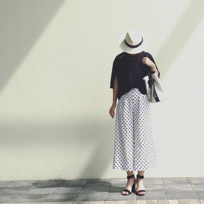 中折れ帽子×ガウチョパンツ×サンダルのコーデ画像