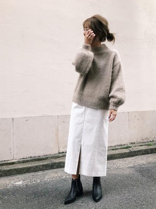 ベージュのざっくりニット×ロングタイトスカートのコーデ画像