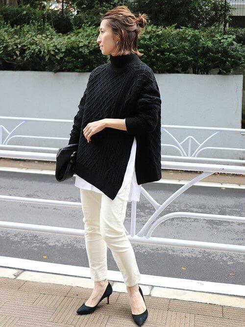 黒タートルネックニット×白シャツのコーデ画像