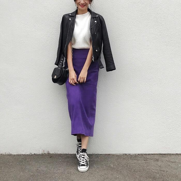 黒ライダース×パープルタイトスカートのコーデ画像