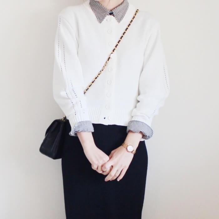 ギンガムチェックシャツ×白カーディガンのコーデ画像