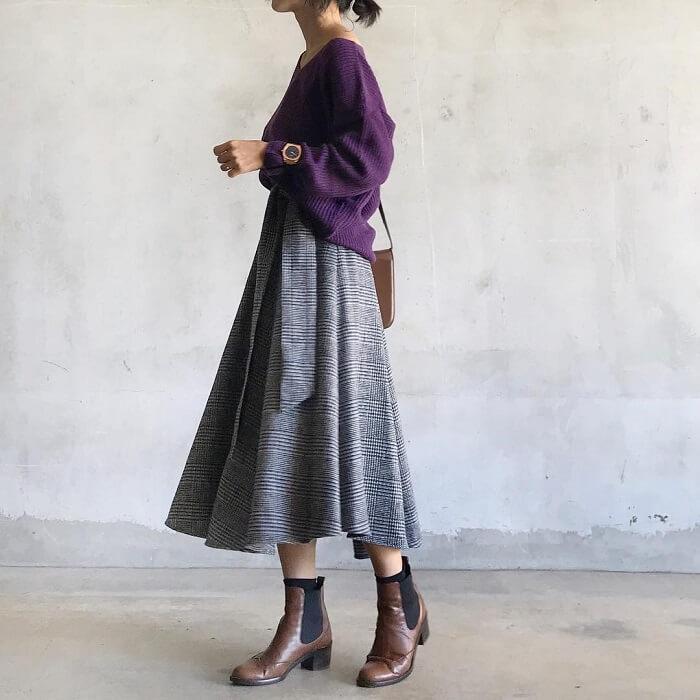 パープルニットとグレンチェック柄グレースカートのコーデ画像