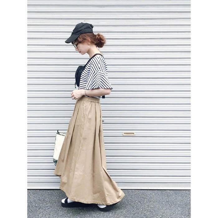 キャップ×ベージュロングスカートのコーデ画像