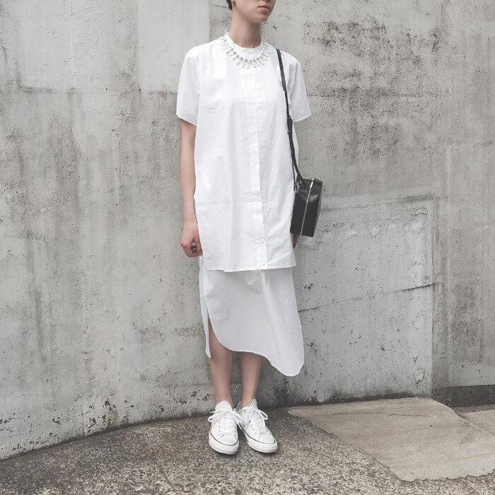 白シャツワンピース×白スニーカーのコーデ画像