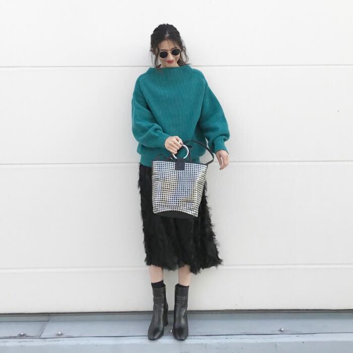 グリーン(緑)トップス×黒スカートのコーデ画像