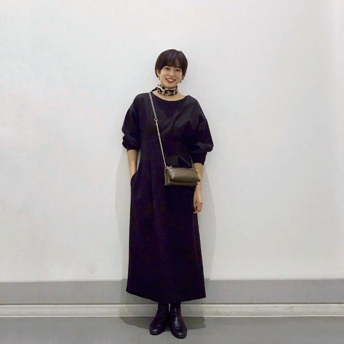 ボリューム袖×黒ワンピースのコーデ画像