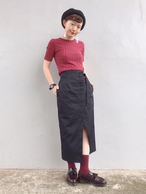 黒タイトスカート×ボルドー靴下のコーデ画像