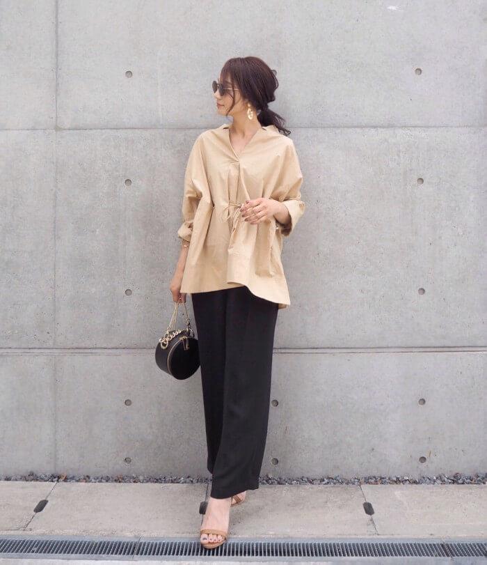 ベージュYシャツ×黒ワイドパンツのコーデ画像