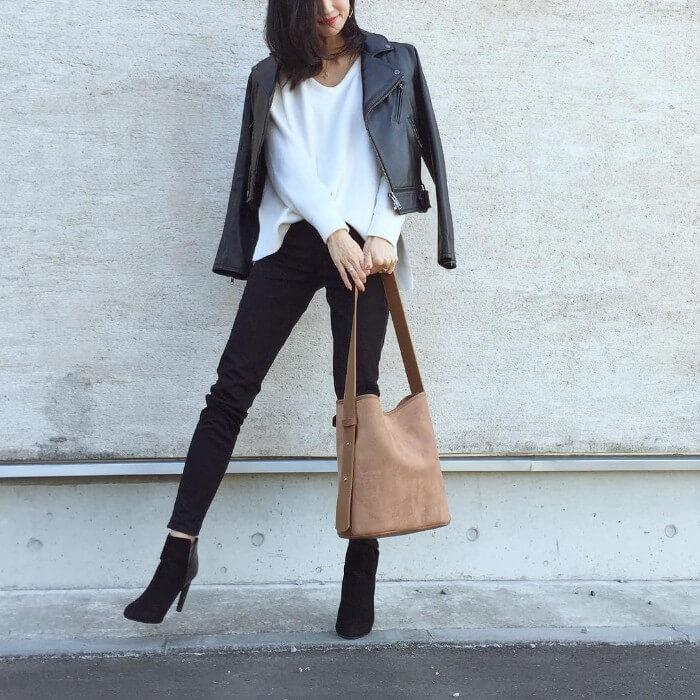 白ロングTシャツ×ライダースジャケットのコーデ画像