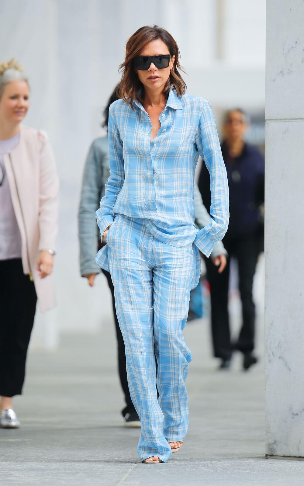 ヴィクトリア・ベッカムの私服ファッション写真(水色のセットアップ)