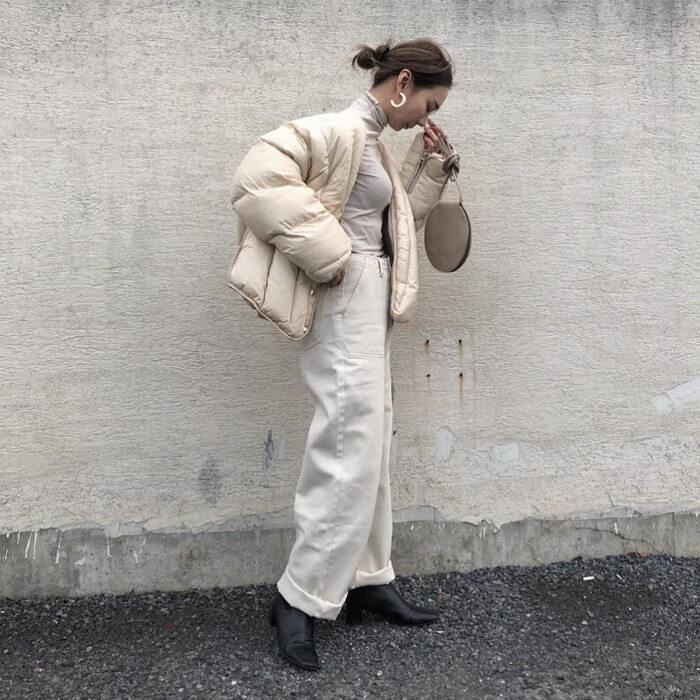 オフ白のダウンジャケット×白コーデュロイパンツのコーデ画像