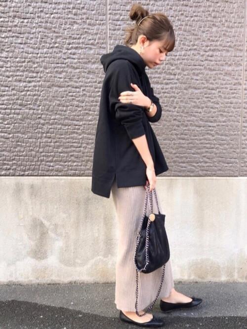 パーカー×ニット素材のベージュロングタイトスカートのコーデ画像