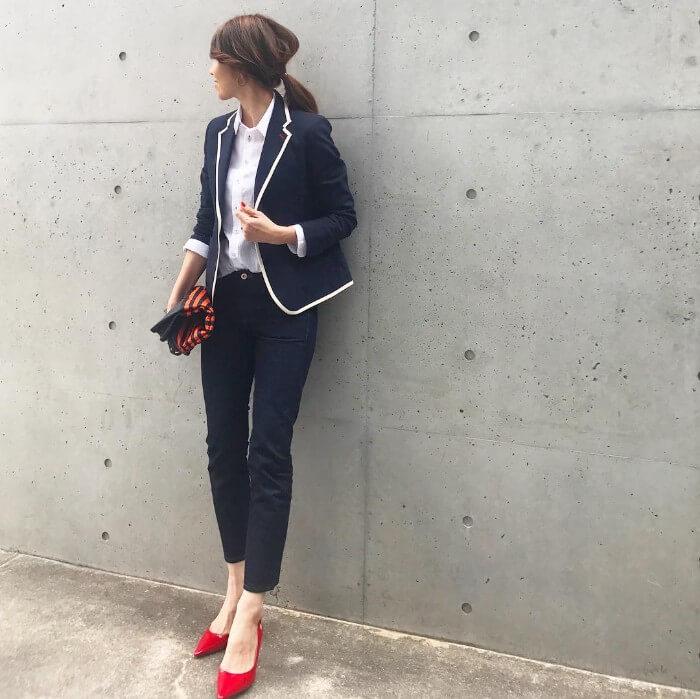 ネイビー×白×赤のトリコロールカラーのコーデ画像