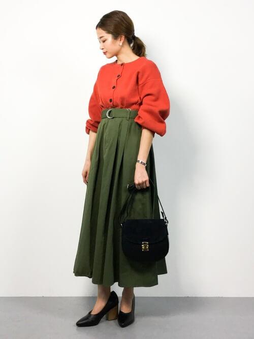 オレンジカーディガン×グリーンチノフレアロングスカートのコーデ画像