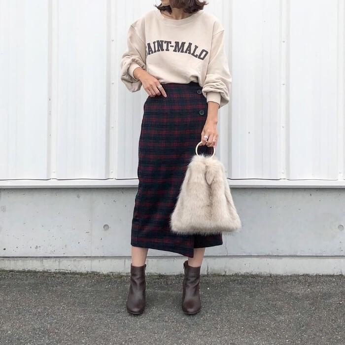 ロゴスウェット×チェック柄ラップスカートのコーデ画像