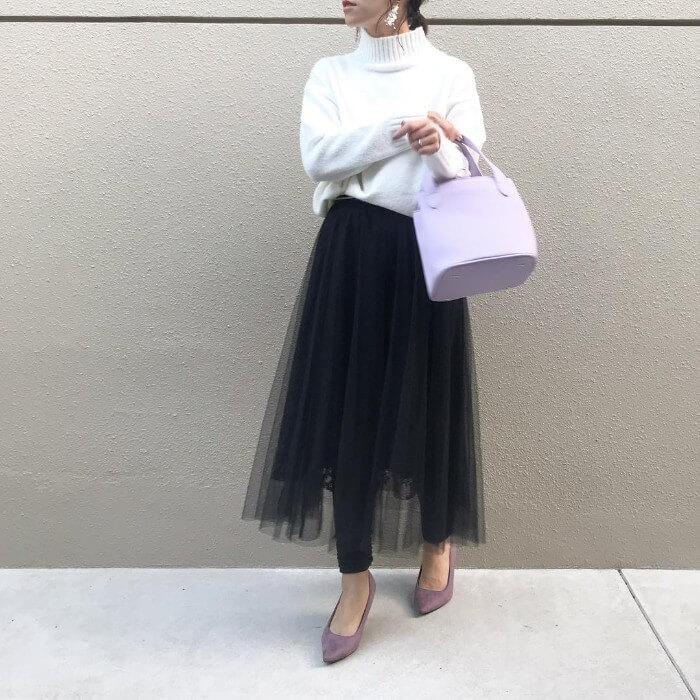 黒ロングチュールスカート×パープルフラットシューズのコーデ画像