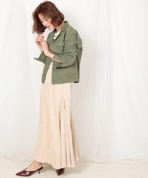 ミリタリージャケット×クリーム色のスカート