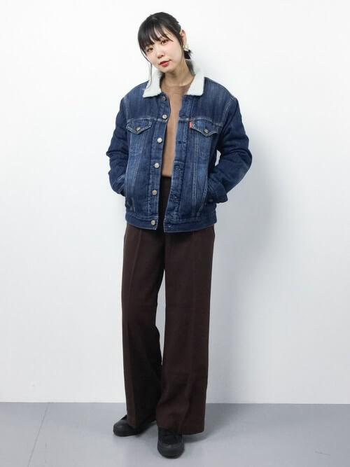 ボアデニムジャケットとベージュニット×ダークブラウンパンツのコーデ画像